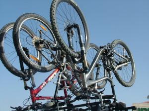 portabicicaletas de techo que coloca la bici con las ruedas hacia arriba